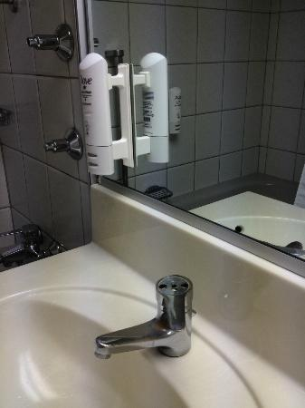 Leonardo Hotel Wolfsburg City Center: Missing finishing in sink, shower fixtures damaged, squeeze hand soap