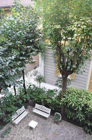 Antica Locanda Leonardo: Room 210 - looking out on to the small garden