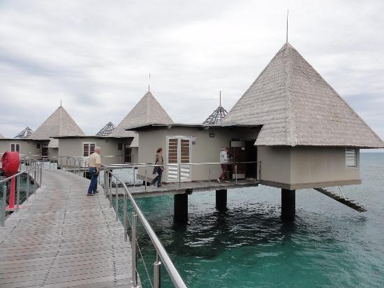 L'Escapade Island Resort: Les bungalows sur pilotis en...béton !
