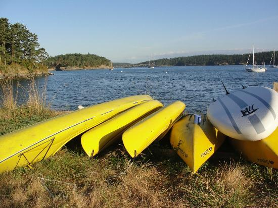 MacKaye Harbor Inn: Kayaks ready for use