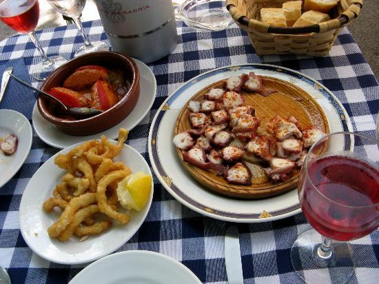 Villa Lorenea : Lunch at an outdoor restaurant - Hondarribia Main Street