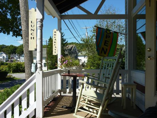 Mama D's Cafe Mercantile: Front porch seating