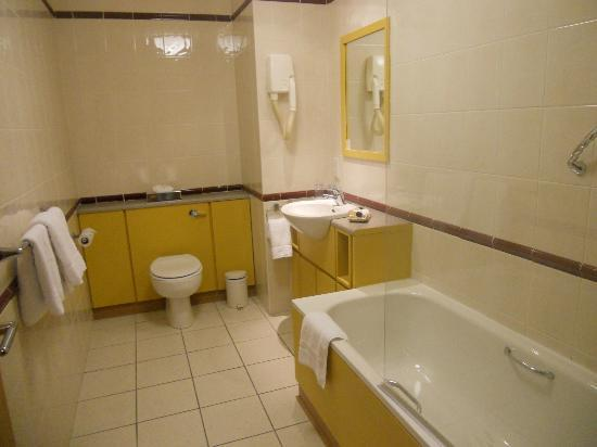 Maldron Hotel Derry: bathroom