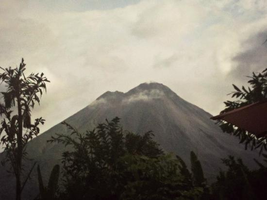 Nayara Hotel, Spa & Gardens: best view of the volcano we got the whole time due to clouds (view from pool)