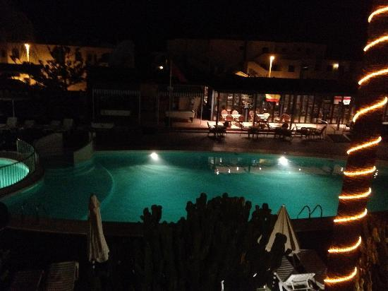 Apartments Club Calypso: Nighttime over the pool.