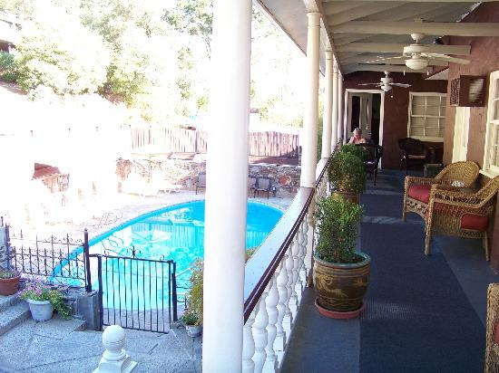 Gunn House Hotel: Pool area & view of deck