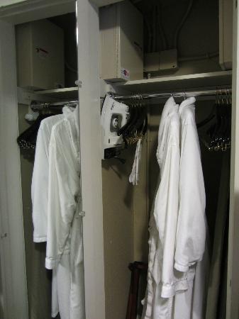 Hotel Abri: Wardrobe with bathrobes, ironing board