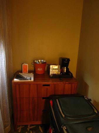 Hotel Abri: Alcove for coffee machine (and storage for suitcase)