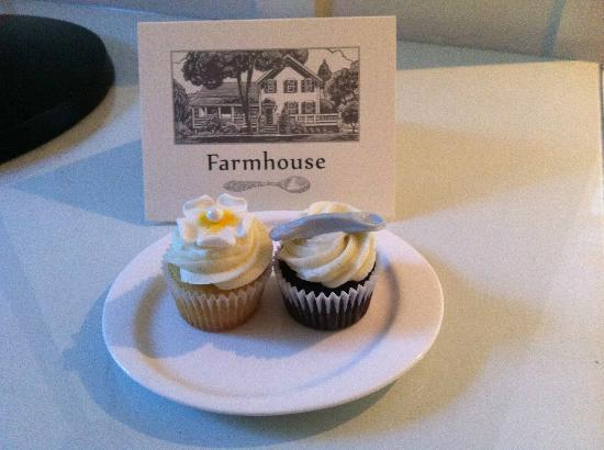 Farmhouse Inn: welcome cupcakes