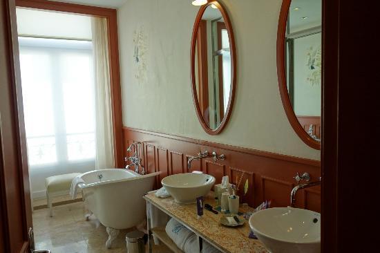 Bairro Alto Hotel: Bathroom was very nice