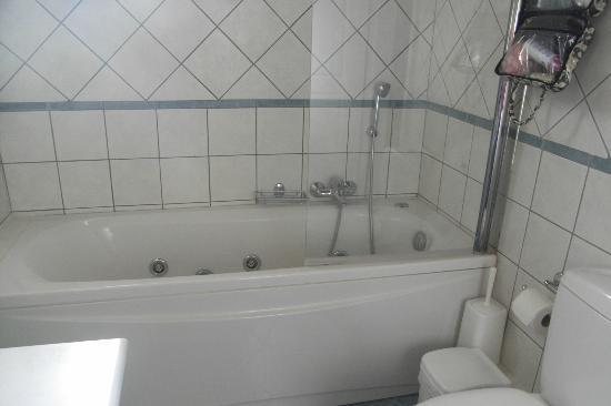 Al Mare Beach Hotel: Jacuzzi bath