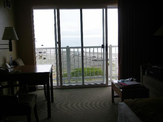 BEST WESTERN PLUS Beachfront Inn: Beach view through sliding doors
