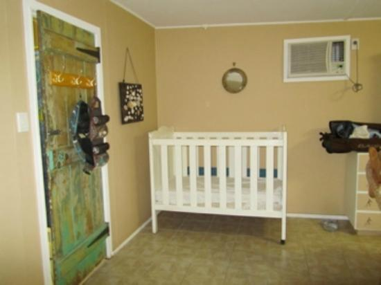Arcadia Beach Guest House: Cot and door to ensuite