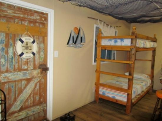 Arcadia Beach Guest House: bunkbeds in living area of Fishermans Hut