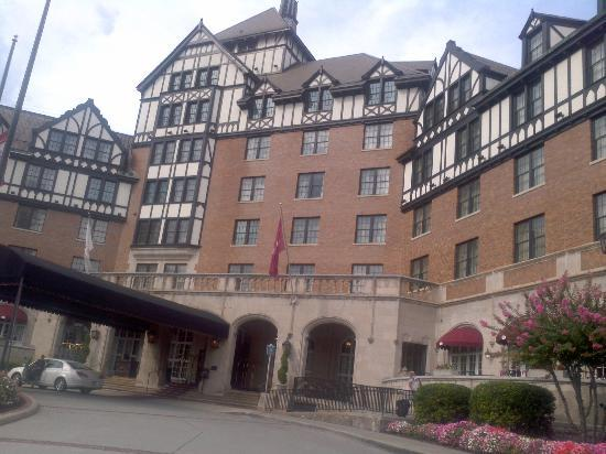 The Hotel Roanoke & Conference Center, Curio Collection by Hilton: Hotel main entrance