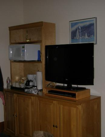 Swan Hotel: Small Ice Box, coffee maker, microwave, flat Screeen TV