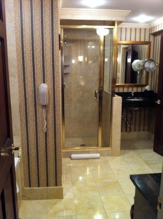 The Talbott Hotel: Suite bathroom