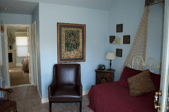Shrew's House Bed and Breakfast: Kate's Retreat Sitting Room