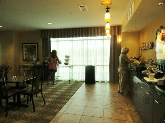 Comfort Suites Cullman: Part of the large breakfast area