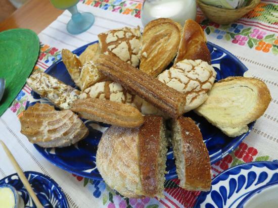 La Casa de Mis Recuerdos B&B: The luscious pastries were served every morning