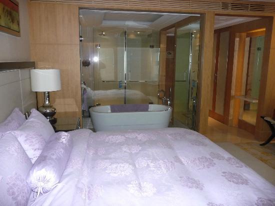 Zhongmao Haiyue Hotel : Room looking to bathroom area