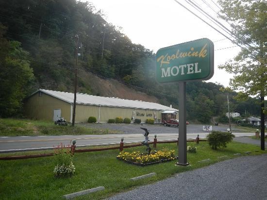 Koolwink Motel: Hotel sign.