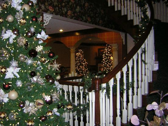 ‪‪Walnut Creek‬, ‪Ohio‬: Christmas at Carlisle Inn - Walnut Creek - staircase and loby area