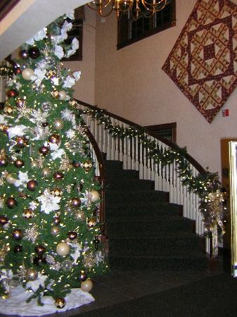 ‪‪Walnut Creek‬, ‪Ohio‬: Christmas at Carlisle Inn- Walnut Creek - main staircase