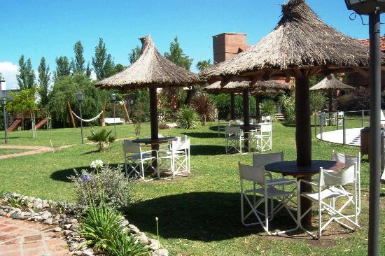 Cabañas El Eden Spa: zona de descanso junto a la pileta