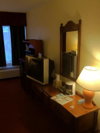 Days Inn by Wyndham Jasper: tv and furniture (114)