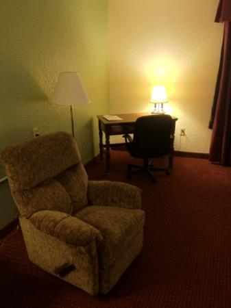Days Inn Jasper: recliner and desk (114)