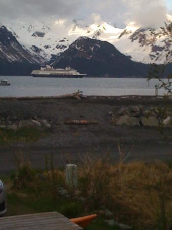 Alaska Paddle Inn: Cruise ship leaving Resurrection Bay