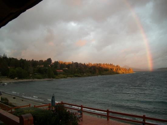 Apart del Lago: un amanecer y un arco iris al despertar