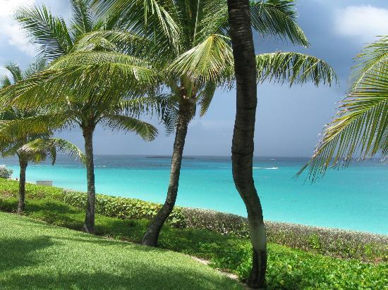 The Ocean Club, A Four Seasons Resort, Bahamas : view from front lawn of Hartford wing