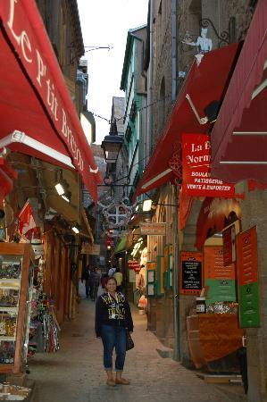 """أوبيرج سانت - بيير: """"Main street"""" Mont St-Michel """