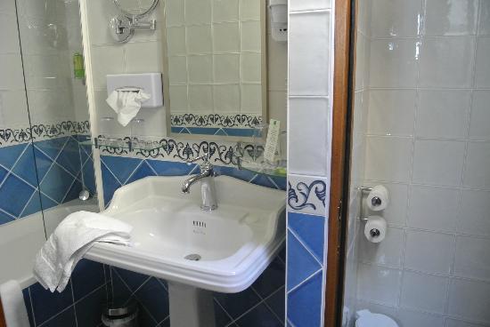 Auberge Saint-Pierre: New bathroom
