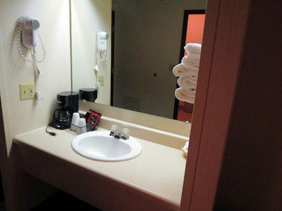 Beartooth Inn of Cody: Sink area, clean... cheap coffee and terrible towels