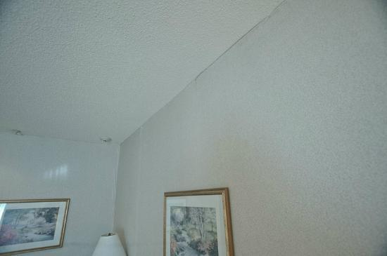 Holiday Inn Express Kent Island: in need of some wallpapering or paint