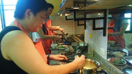 โรงแรมไรซิ่งซัน เรสซิเดนซ์: Cooking in action