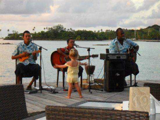 Plantation Island Resort: entertainment at dinner time - my daughter in yellow loved them!