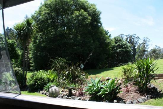 Tairua Coastal Lodge: gardens