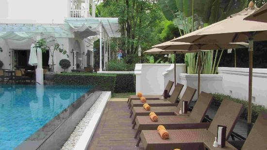 Ping Nakara Boutique Hotel & Spa: loungers near pool