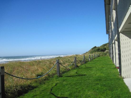 BEST WESTERN PLUS Lincoln Sands Oceanfront Suites: talk about easy beach access