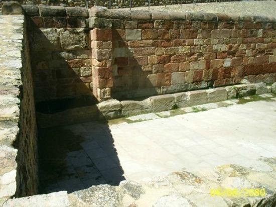 Apartamentos Rurales Leonor de Aquitania: Atienza, fuente romana.