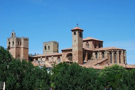 Apartamentos Rurales Leonor de Aquitania: Sigüenza, parte posterior de la catedral.