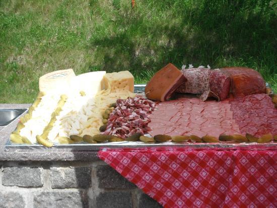 Hotel Monzoni: pranzo in giardino