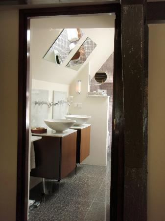 Hotel-Restaurant De Beukenhof: Double sinks & skylights