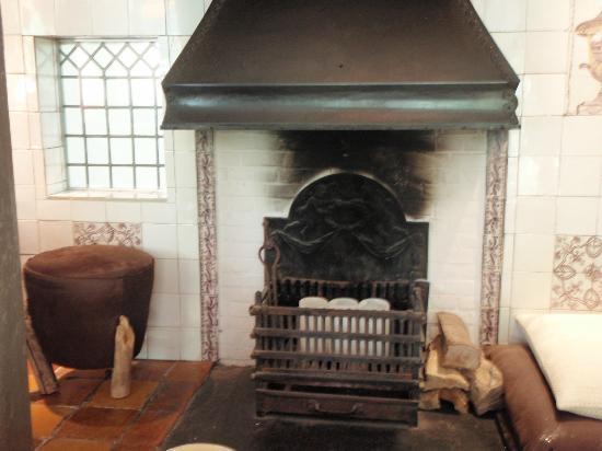 Hotel-Restaurant De Beukenhof: Fireplace - non-functioning I believe