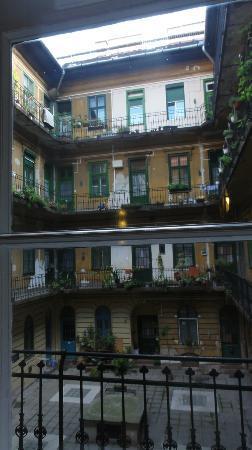 Kadar Apartments: 中庭に面した部屋