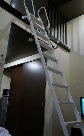 Hotel Live Max Esaka: 1階はセミダブルベッド、2階はお布団を敷きます